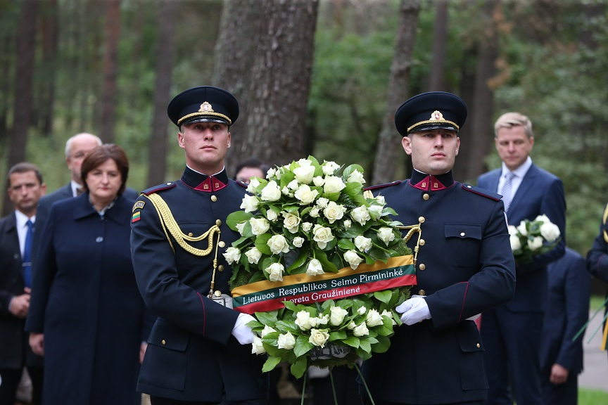 Lithuanian parlt speaker, govt chancellor pay tribute to genocide victims in Paneriai