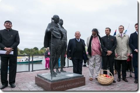 Rusnėje paminklas Mahatmai Gandžiui ir Hermanui Kalenbachui
