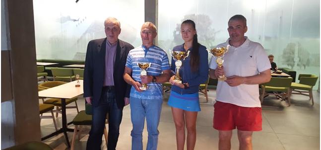 Iš kairės :varžybų organizatorius Michailas Duškesas, Anatolijus Faktorovičius, Alisa Gavronskytė, Grigorij Khiterer