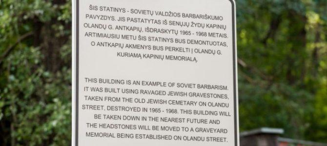 Iš elektros pastotės išimami žydų antkapių akmenys