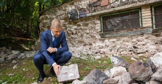 Sostinėje pradėta ardyti pastotė iš sunaikintų Žydų kapinių paminklinių akmenų