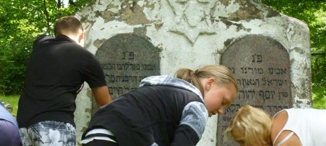 """""""Atjautos"""" savanoriai tvarko Telšių žydų kapines"""