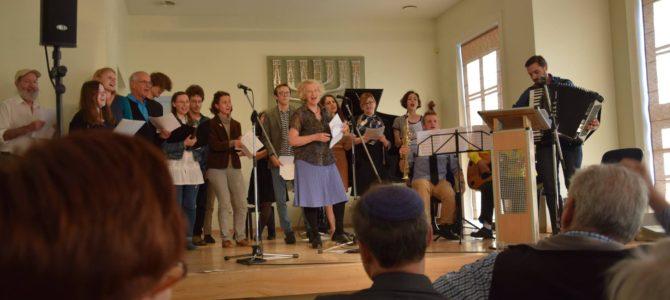 LŽB Vilniaus Jidiš instituto programos dalyviai dainuoja senas geras jidiš dainas