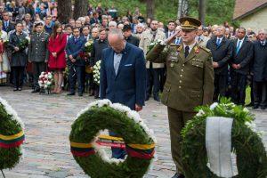 Paneriuose rugsėjo 23 d. krašto apsaugos ministras Juozas Olekas ir Lietuvos kariuomenės Sausumos pajėgų vadas pagerbė Holokausto aukas