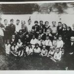 Zydu vaiku organizacija Somer Hacair. Tevas centre antroj eileje sedi su mazais vaikais ir jo brolis Mose stovi krastinis iskaires