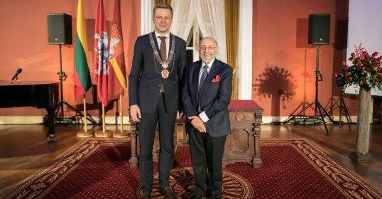 Sostinės meras Samueliui Bakui įteikė Vilniaus garbės piliečio regalijas