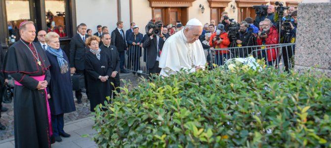 Popiežiaus Pranciškaus tyli malda prie paminklo Vilniaus geto aukoms