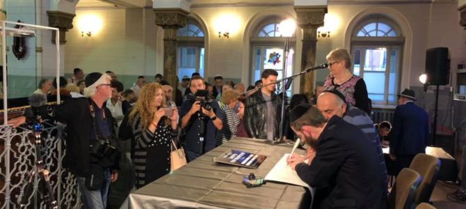 Rugsėjo 4 d.  Vilniaus choralinėje sinagogoje įvyko naujojo Toros ritinio  rašymo ceremonija