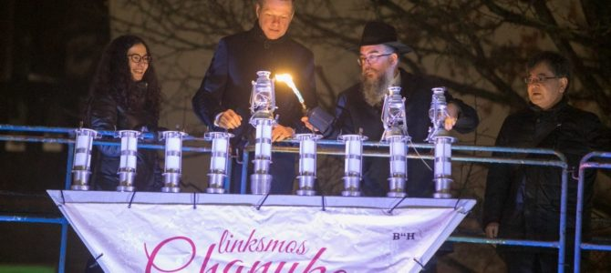 В центре Вильнюса зажжена праздничная Менора