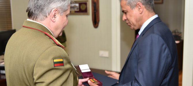 Izraelio ambasadorius Lietuvoje apdovanotas Lietuvos kariuomenės medaliu