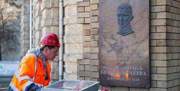 Pagaliau istorinis teisingumas nugalėjo. Noreikos lenta Vilniuje nuimta