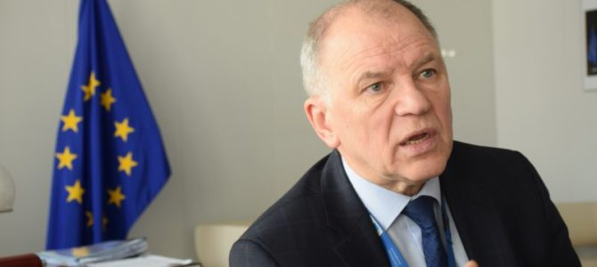 Į Lietuvą grįžtantis Andriukaitis: perrašinėja istoriją Putinas, bet tą daro ir Landsbergis