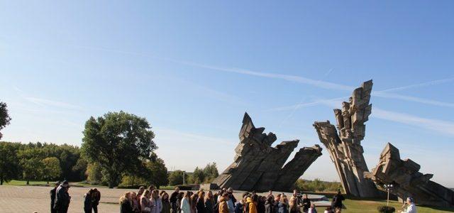 Kauno žydų bendruomenė pagerbė Holokausto aukų atminimą IX forto muziejaus memorialiniame komplekse