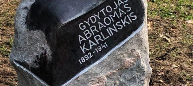 Vepriškis skulptorius pastatė paminklą miške nužudytam žydui gydytojui
