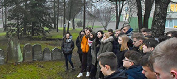 Plungės Senamiesčio mokykla 1975 metais pastatyta Senosiose žydų kapinėse.
