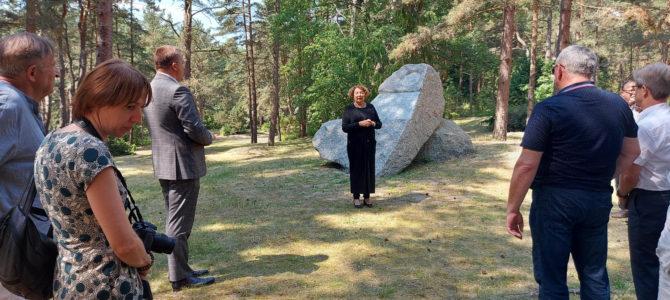 Prie akmens žudynių aukoms atminti Palangosbotanikos parke