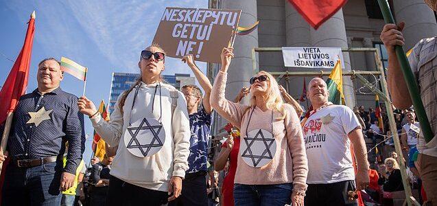 Apstulbino karantino ir Holokausto sugretinimas proteste: tai pasityčiojimas iš Holokausto atminties, peržengtos ribos